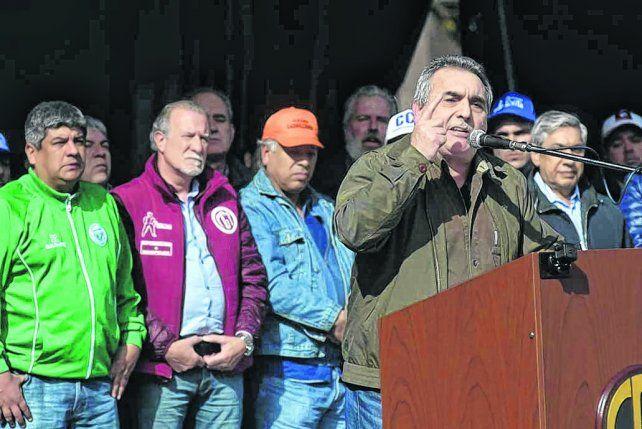 orador. Schmid dijo que los obreros presentes en la plaza no levantan la bandera de ningún candidato.