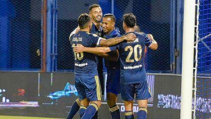 Cardona y Villa festejan con sus compañeros uno de los goles de Boca en Liniers. Los colombianos fueron las figuras.