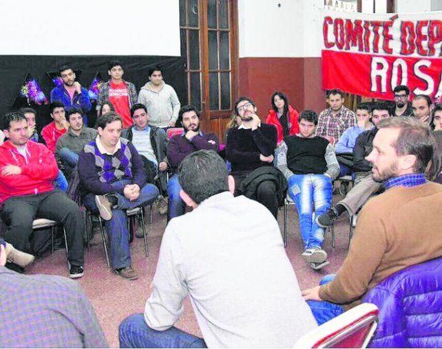 El precandidato a concejal de la UCR dialogó con los jóvenes.