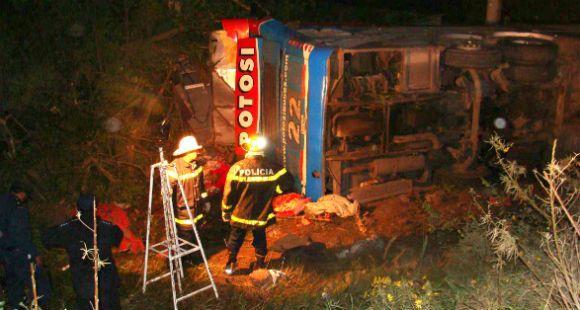 Mueren diez personas al desbarrancarse un ómnibus de pasajeros en Jujuy
