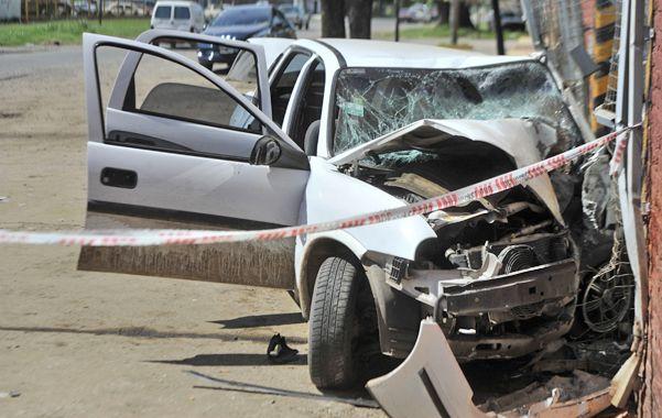 Destruido. Así quedó el Chevrolet Corsa tras la persecución y el choque fatal en Rouillón al 2800. (foto: Virginia Benedetto)