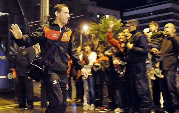 Maxi Rodríguez saluda a los hinchas rojinegros al bajar del micro. (Foto: S. Suárez Meccia)