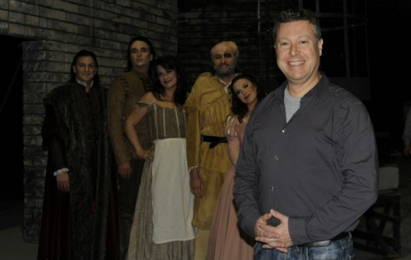 En el ensayo. El director Pablo Maritano junto a los cinco protagonistas