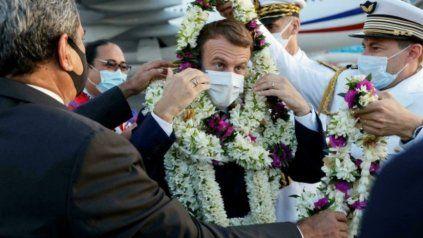 Macrón fue a Polinesia, lo recibieron con mil collares y se volvió meme