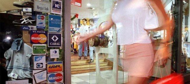Los bancos han llenado a la gente de tarjetas de créditos y ahora no pueden afrontar los pagos