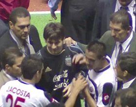 Los jugadores de Costa Rica hicieron cola por un autógrafo de Messi