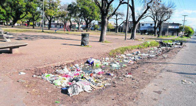 basura. La plaza Pocho Lepratti expone la gran cantidad de residuos que rodean ese espacio de juegos.