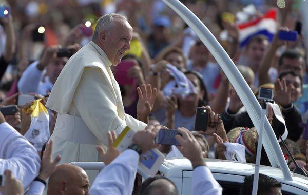 El Papa dio una isa ante una multitud antes de emprender su regreso a Roma. (Foto: Reuters)