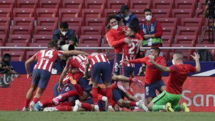 Todos los colchoneros estallan en el festejo del gol de Luis Suárez a los 88.