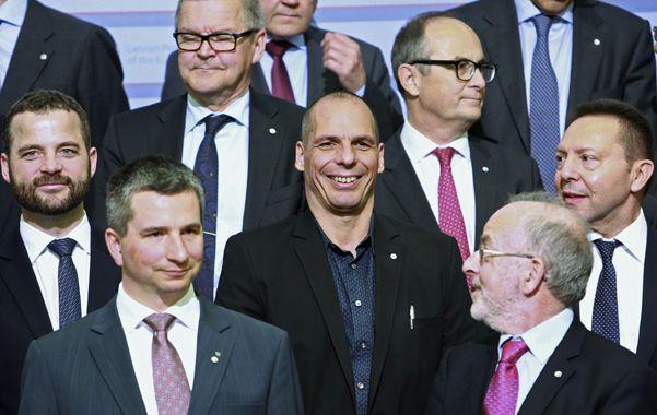 Poca onda. Varoufakis sonríe entre caras sombrías durante la foto oficial del Eurogrupo en Riga