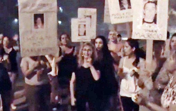 Protesta. La madre de Pedro Gómez pidió justicia cuando Arce volvió al barrio.