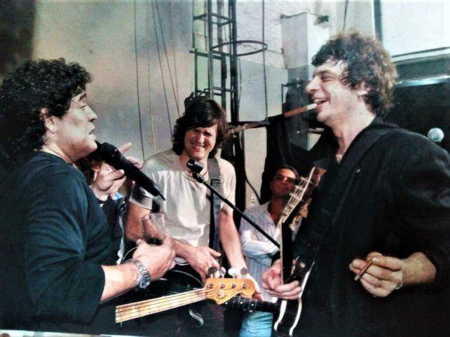 Diego Maradona al micrófono jugando a ser cantante junto a Juanse