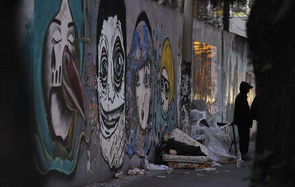 A la intemperie. Las autoridades resolvieron reforzar la asistencia a las personas que viven en situación de calle en la ciudad.