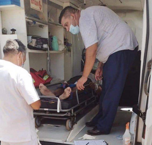 Una ambulancia traslada al hombre de 86 años
