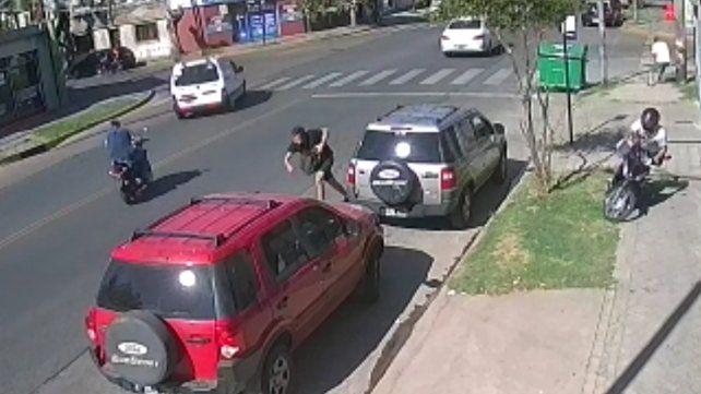 El policía que mató al motochorro que le arrebató la mochila será condecorado.