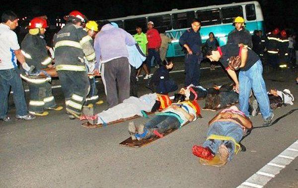Fallecidos y heridos tendidos en la ruta. Dos jóvenes se contaron entre las víctimas. Eran simpatizantes del Club Talleres de Perico.
