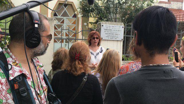 """Los """"carroceros"""" durante una visita al """"templo"""", la casa del barrio de Versalles donde se filmó """"Esperando la carroza""""."""