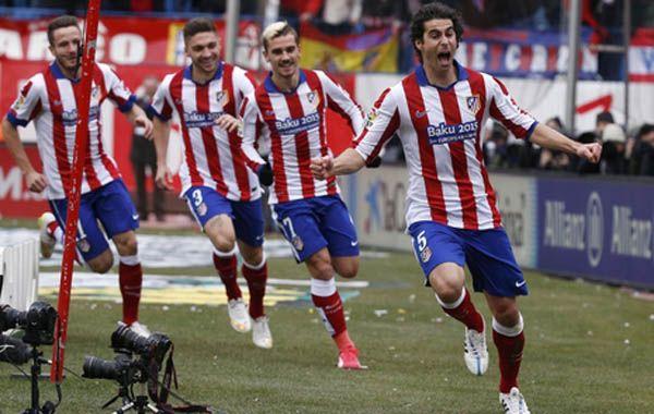 El portugués Tiago celebra el primer gol del equipo colchonero que le dio una lección de fútbol al Madrid.