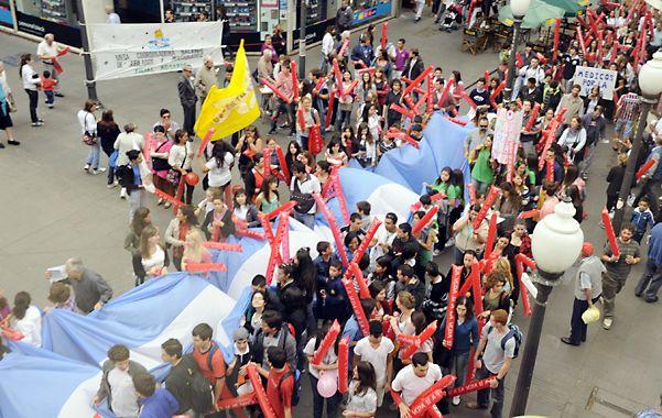 Movilizados. La colorida marcha avanzó ayer por el centro de Rosario.