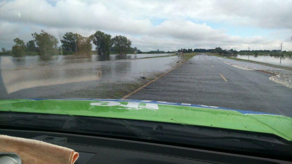 kilometro 103. El agua del Colastiné subió a la ruta.