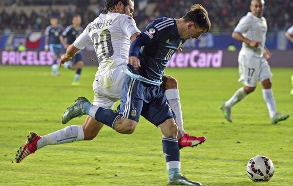 Lionel escapa a la marca de Alvaro González. La pulga quiere levantar una copa con la Argentina.