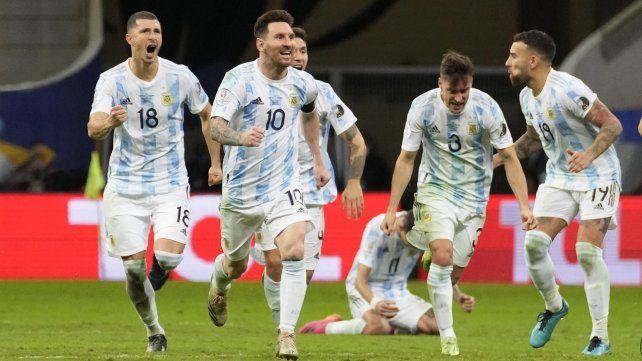 Guido Rodrigues, Lio Messi, Montiel, Tagliafico y Nicolas Otamendi corren a abrazar a Dibu Martínez. En el piso llora arrodillado Ángel Di María.
