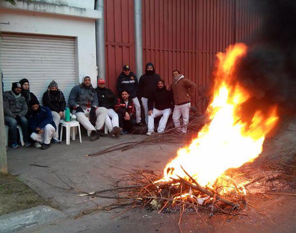 Los trabajadores realizaban una protesta en las puertas de la fábrica de la zona noroeste. (Foto: S. Suárez Meccia)
