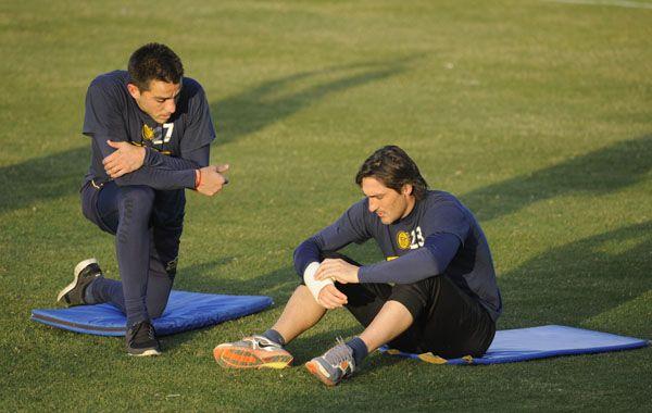 El arquero le muestra el vendaje a Casteglione en el entrenamiento de esta tarde. (Foto: Celina Mutti Lovera).