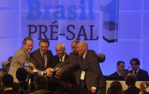 Acuerdo. Los integrantes del consorcio festejan la concesión durante el acto en el centro de Río de Janeiro.
