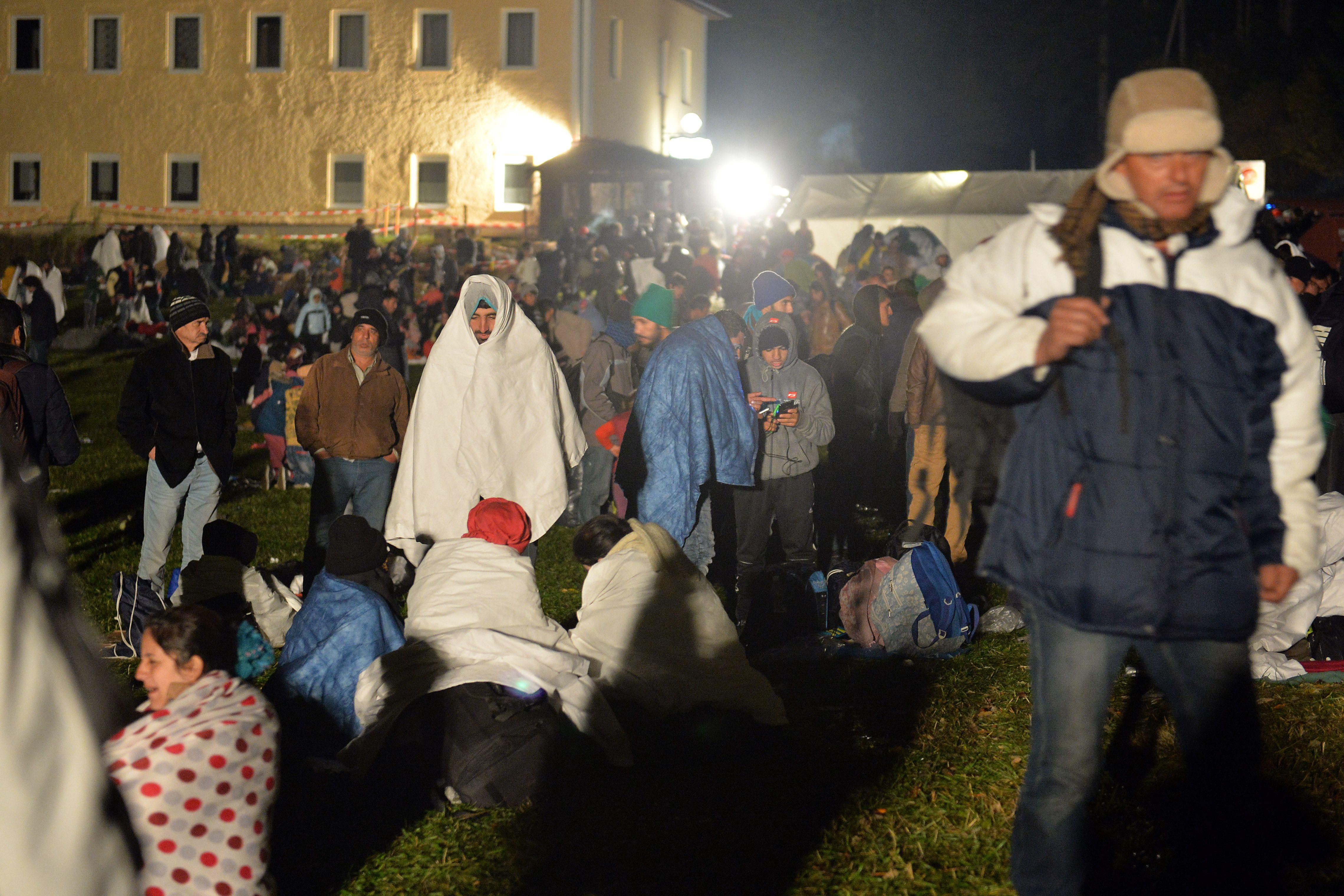 """Barrera. Migrantes aguardan en la frontera entre Austria y Alemania para poder cruzar hacia """"la tierra prometida"""". (AP)"""