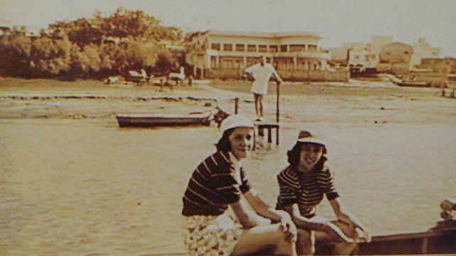 Fotografía histórica de la playa del Club Sportivo Náutico Avellaneda y su reconocible edificio.
