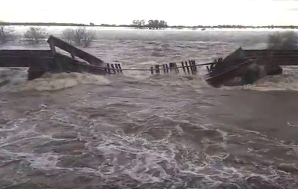 El puente cedió ante la fuerza correntada del arroyo.