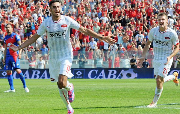 Grito sagrado. Lucero festeja uno de sus goles. Atrás