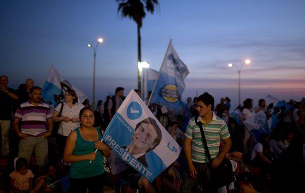 Seguidores del Partido Nacional esperan el saludo de Lacalle Pou en Montevideo.
