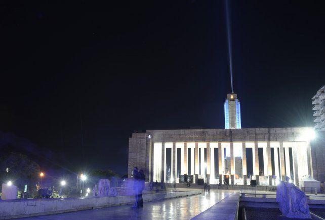 El Monumento ya luce la nueva luminaria.