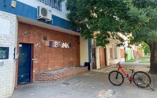La sede local de la empresa de transporte de caudales Brinks fue blanco de una banda de boqueteros.