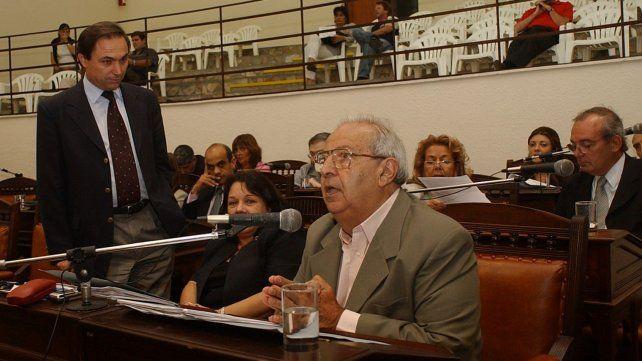 Evaristo Monti habla en una sesión del Concejo. Su par del socialismo Miguel Zamarini lo mira con atención.