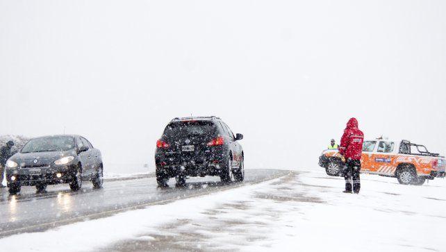 Los accesos a Bariloche y San Martín de los Andes permanecen cerrados por la nieve