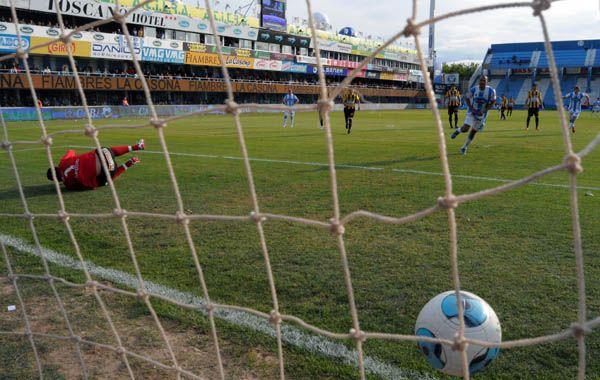Rafaela anota su primer gol a través del penal de Vera. Foto: Télam.