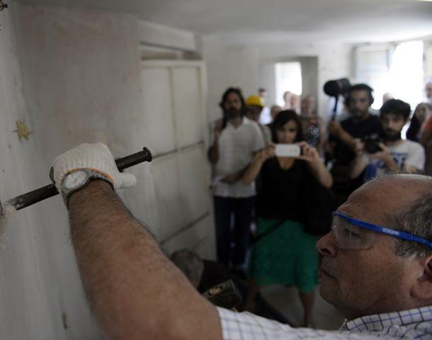 Sobrevivientes de la dictadura ayudaron a demoler una pared del ex SI. (Foto: C. Mutti Lovera)