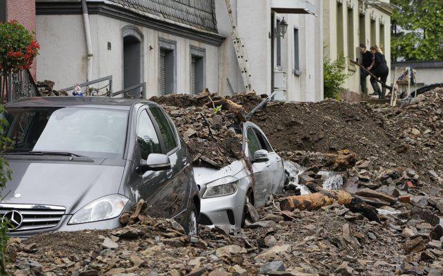 Fuertes inundaciones convirtieron los arroyos y las calles en torrentes furiosos