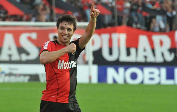 El delantero de Newells Ignacio Scocco mostró que tiene cualidades naturales a la hora de buscar y encontrar el arco rival.