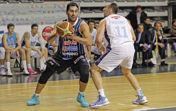 Leo Gutiérrez encara frente a la marca de Mázzaro.