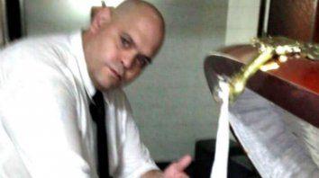 El empleado de la funeraria que se sacó una foto con el cadáver de Diego Maradona se entregó a la policía.