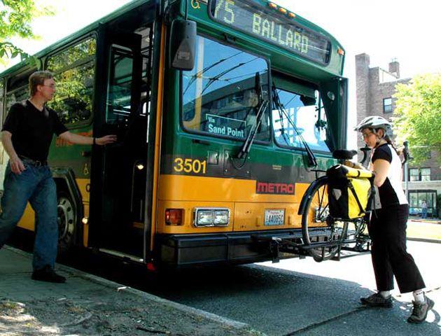 La iniciativa propone que las personas puedan viajar con su bicicleta que iría enganchada en una herramienta exterior.