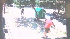 inseguridad en video: atacan a tiros a un joven para robarle en celular en alsina al 1900