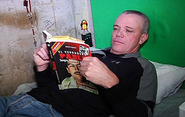 Popeye en la prisión leyendo un libro sobre Gaviria. Dijo que coordinó la muerte de unas 3.000 personas.