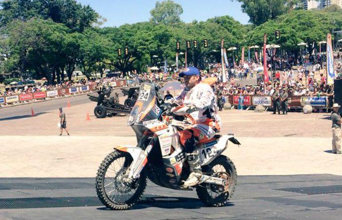 El holandés David Wijnhoven y su KTM ariban a la rampa del Monumento (Foto: Twitter Dakar Rally)