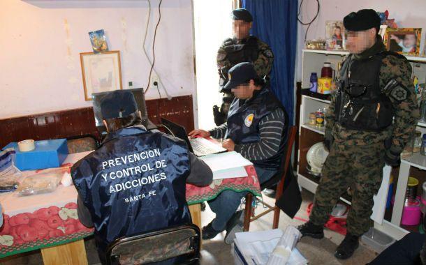 Recuento. Agentes antinarcóticos clasifican los objetos secuestrados.