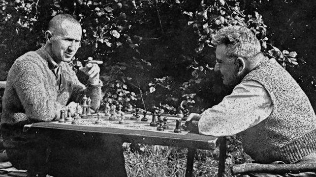 Benjamin jugando al ajedrez con su amigo Bertolt Brecht.